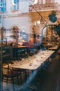 Odpracowanie godzin w restauracji, która była zamknięta z powodu COVID-19